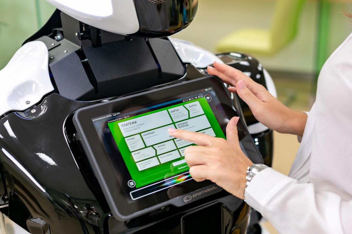 Студенты Политехнического колледжа НовГУ будут учиться программировать сервисных роботов