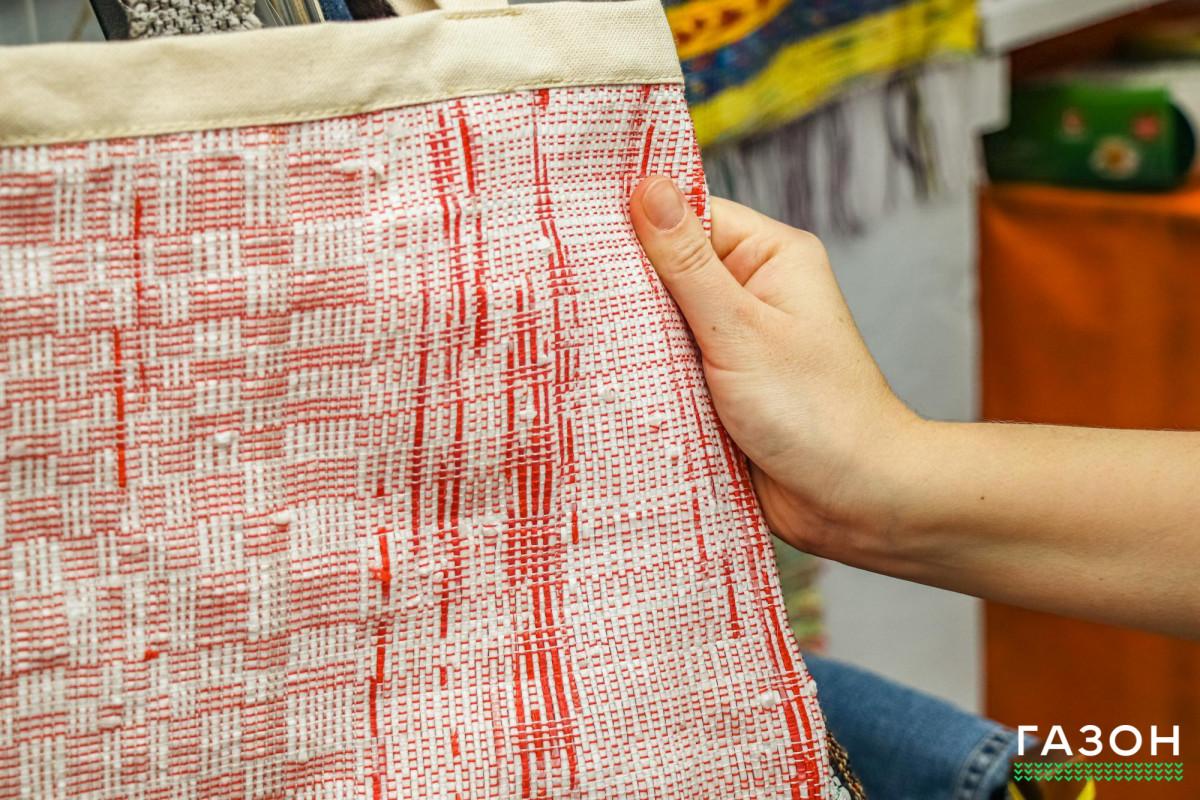 Эко-сумки в новгородских традициях: Зачем в доме ткачества перерабатывают пакеты и одежду в новые вещи