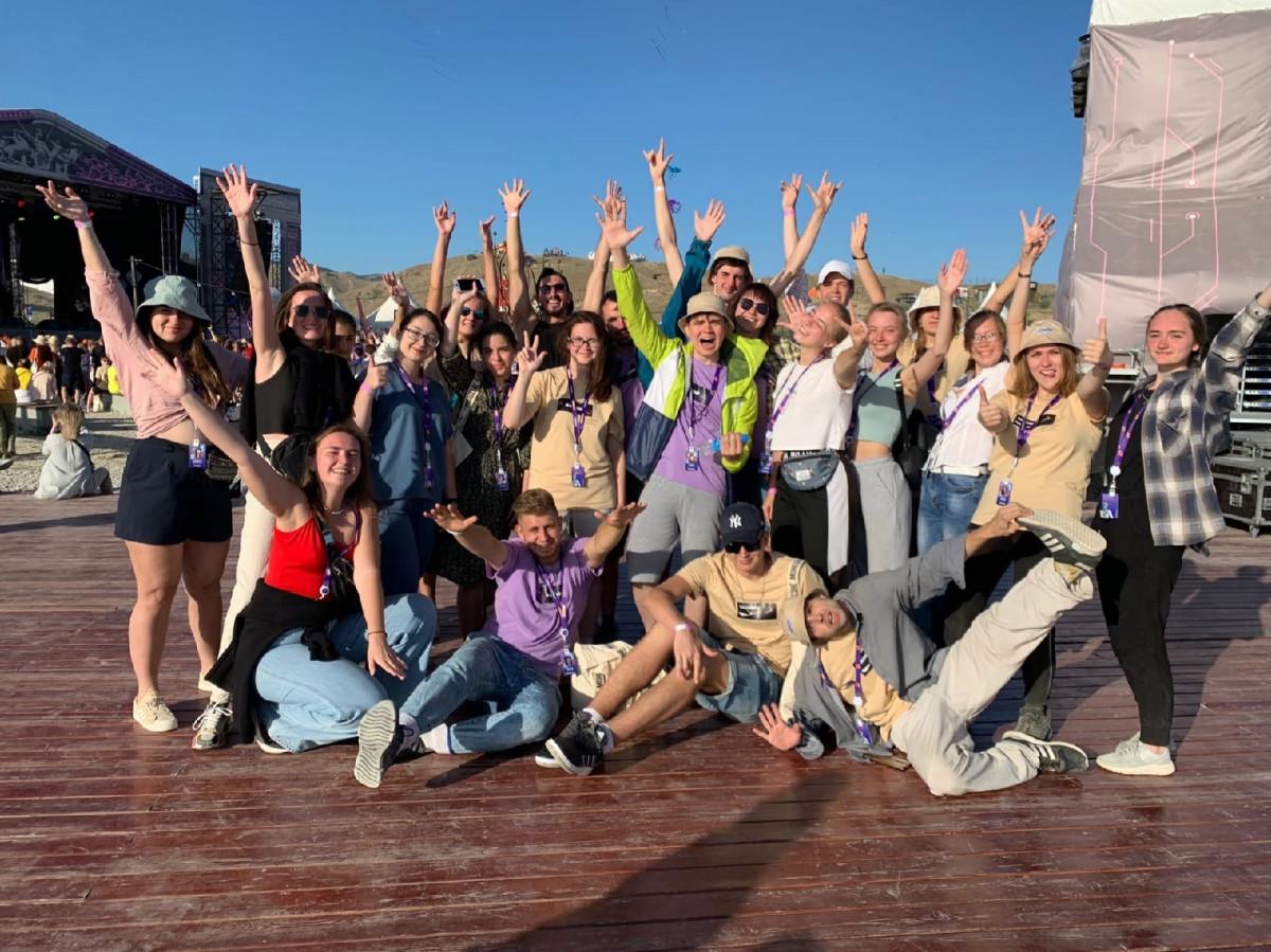 Палатки, полевая кухня и концерты на пляже: «Таврида.АРТ» глазами студентов НовГУ
