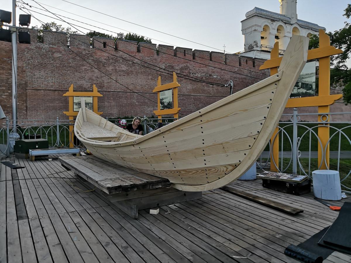 У пешеходного моста установили модель ладьи новгородских ушкуйников