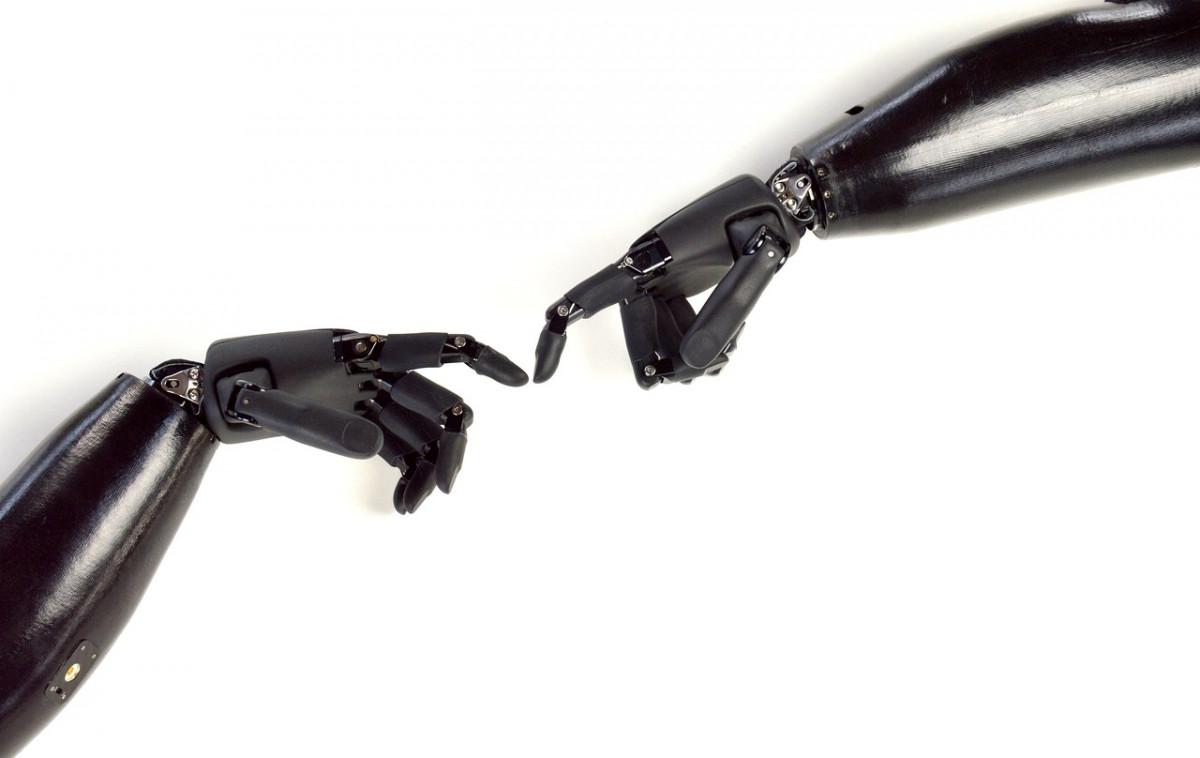 Лаборант Новгородского университета придумал, как передать тактильные ощущения через протез